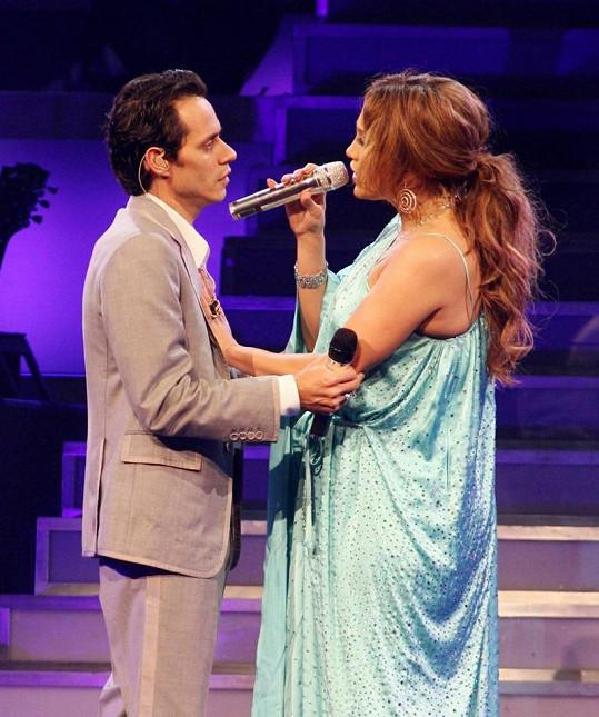 Jennifer Lopez vystupuje se svým manželem Markem.