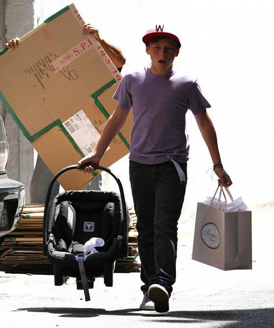 Dvanáctiletý Brooklyn nosil tašky a dětskou sedačku.