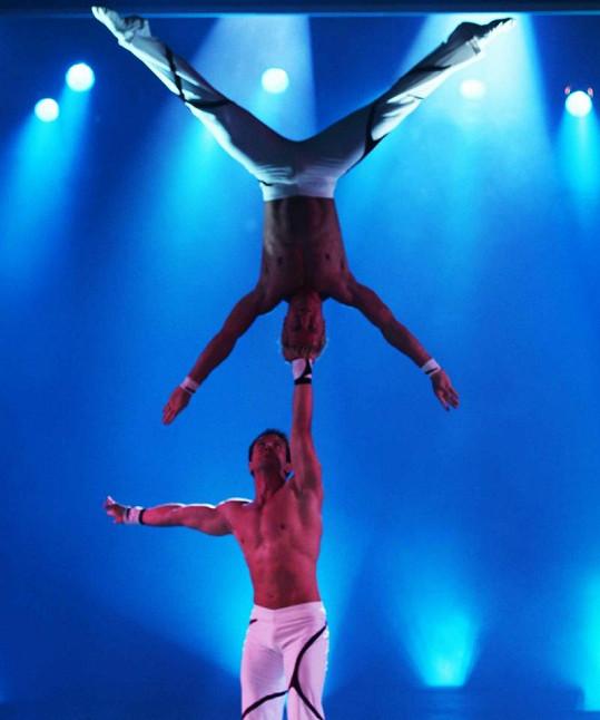 Adans Lopes Peres předvádí přízemní akrobacii.