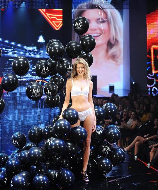 Iveta Lutovská se do balónků zamotala tak, že se málem neudržela na nohou.
