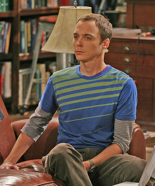 Jim Parsons jako Sheldon v Teorii Velkého třesku.
