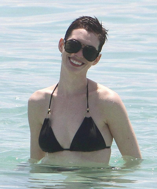 Anne Hathaway se v plavkách koupala jen chvíli, pak raději rychle oblékla tričko, aby se nespálila.