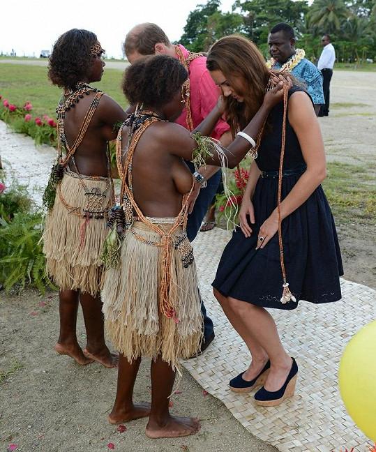 Královský pár dostal od domorodých žen na krk girlandu.