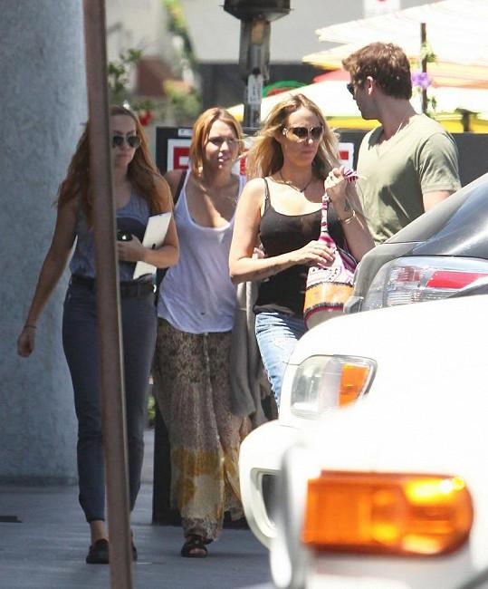 Dvojice předvedla partnerskou scénu před její matkou Tish a sestrou Brandy.