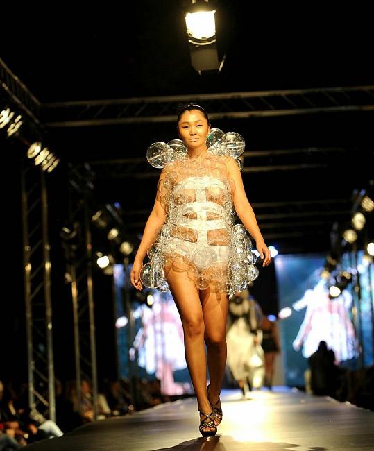 Modelka na sobě měla obleček jako ze seriálu o mimozemšťanech.