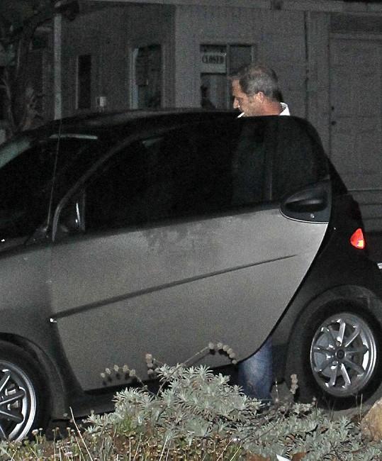 Mel nastupuje do svého auta.