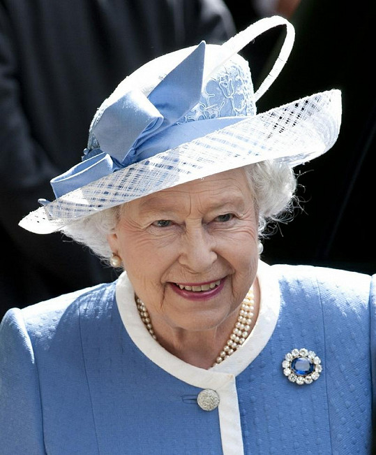 Britská panovnice si potrpí nejen na sladěné oblečení s klobouky, ale také vhodnou brož.