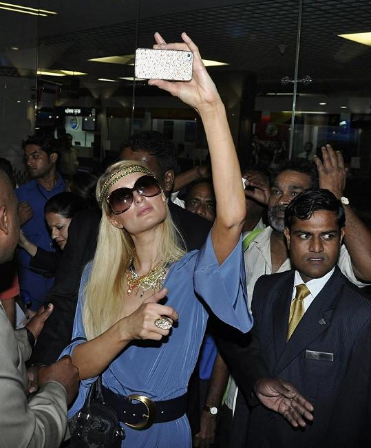 Paris Hilton na svůj diamantový mobil fotila sebe i davy lidí kolem.
