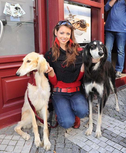 Petra Pudová se svými psími mazlíčky.