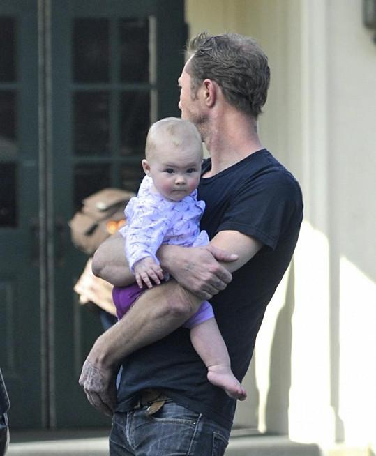 LeNoble s dcerkou v náručí.