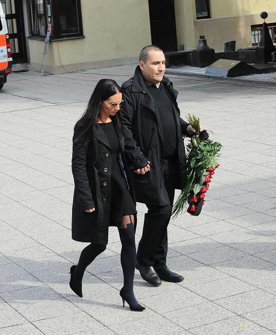 Sandra Nováková se na pohřeb Radka Brzobohatého oblékla hodně nevkusně. Vzala si punčocháče, které se na pohřeb vůbec nehodí.