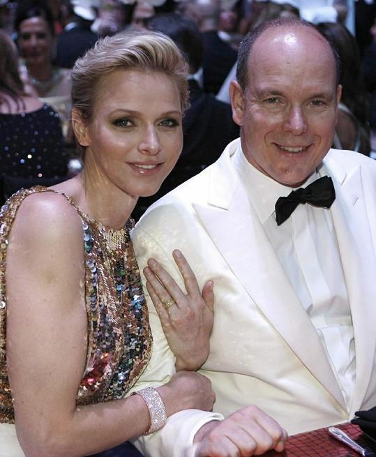 Albert II. a jeho žena vypadají zamilovaně.