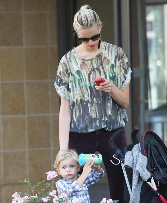 Česká topmodelka se synem, jehož má se snoubencem Archie Drurym.