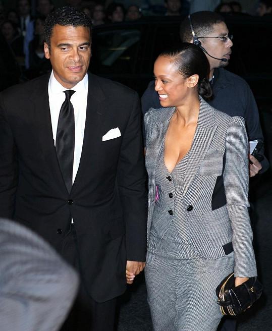 Tyra Banks vypadala vedle svého bankéře šťastná.