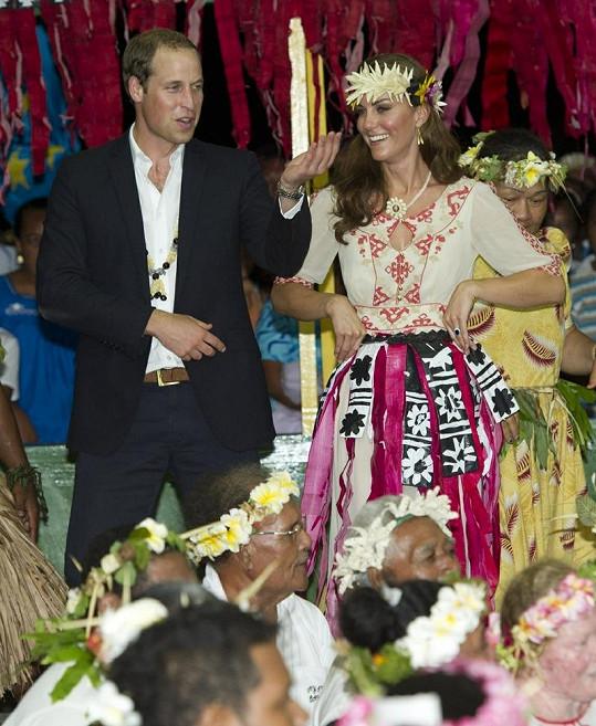 William a Kate tančí během návštěvy Tuvalu.
