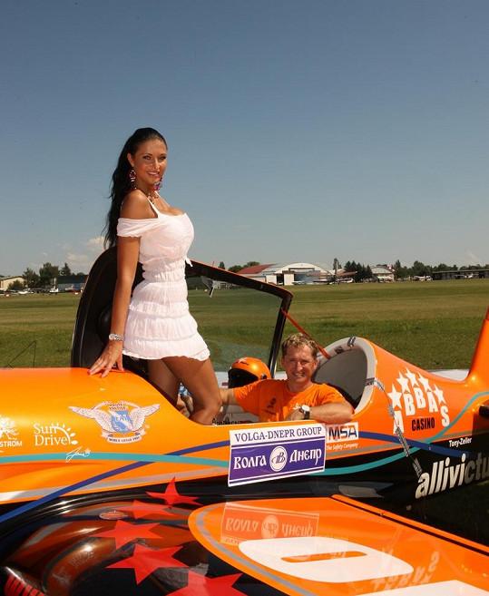 Julie Zugarová zapózovala u letadla jako ambasadorka Champagne lounge Hot Peppers.