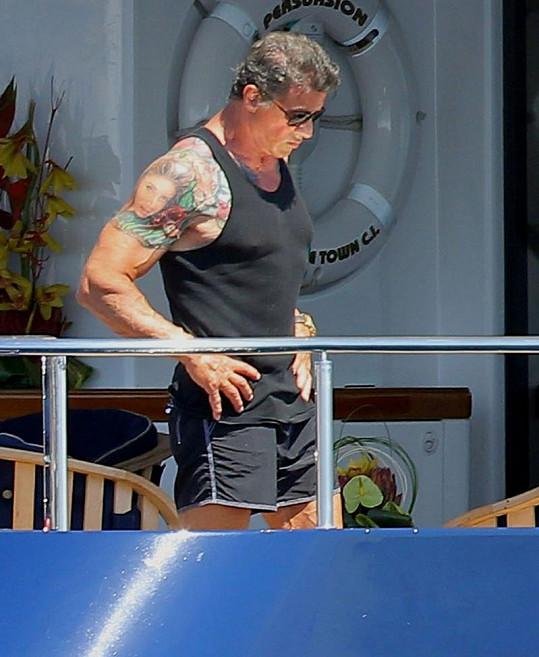Sylvester Stallone hodně posiloval, prozrazují to vystouplé žíly na rukou i nohou.