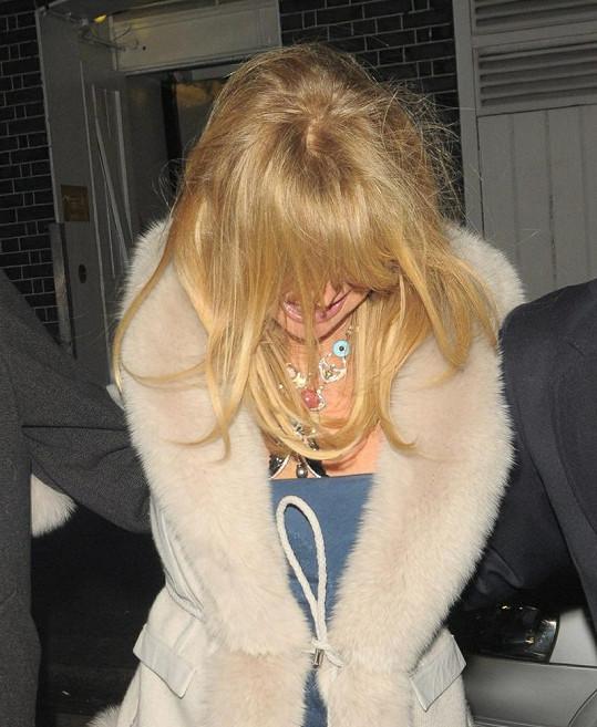 Goldie na večírku přebrala.