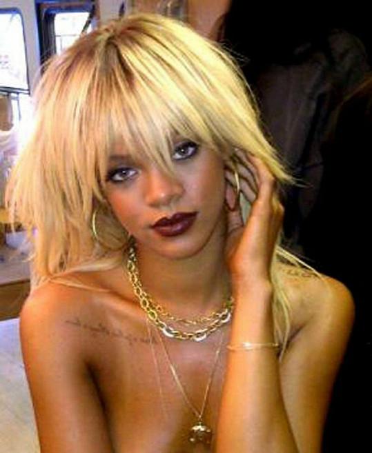 Rihanna jako blondýnka.