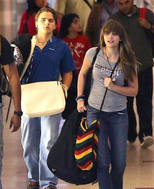 Paris na letišti s bratrem a další její tričko s nápisem Rock.