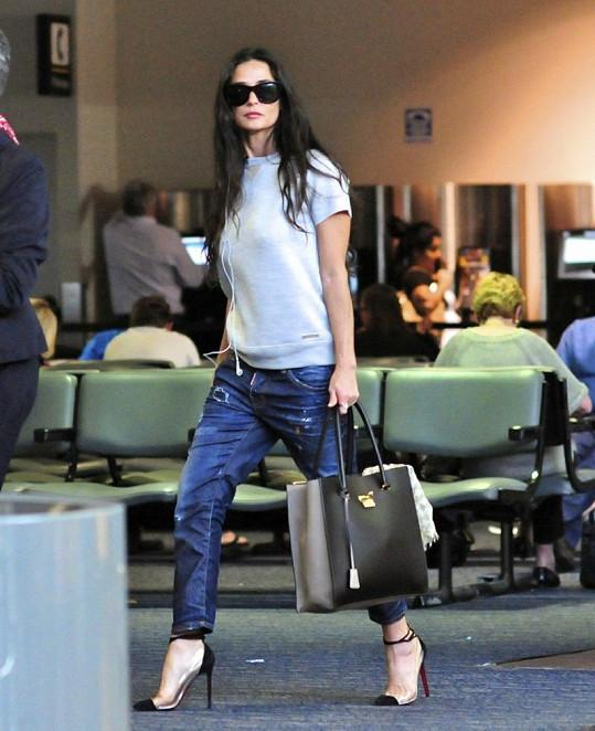 Demi Moore na letišti v Los Angeles.