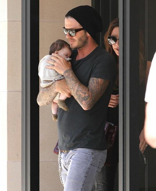 Šťastný David s dcerkou Harper Seven v náručí.