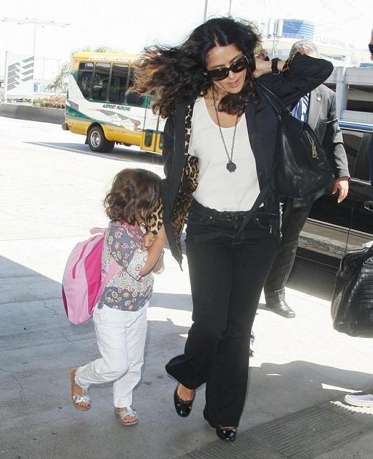 Salma Hayek s dcerou před odletem do Paříže.