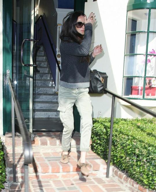 Na Demi všechno oblečení visí.