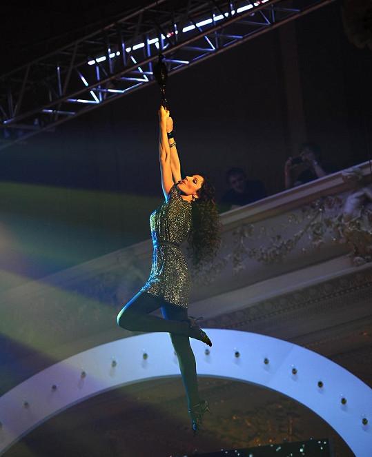 Olga Lounová zavěšená několik metrů nad pódiem.