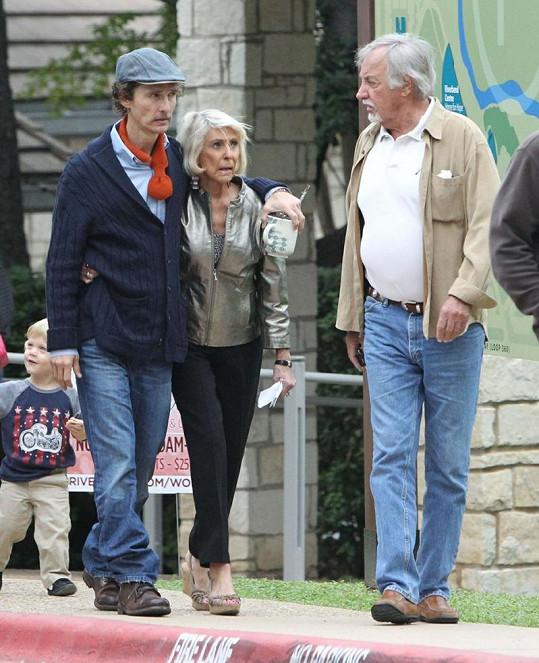 McConaughey v Austinu se svými rodiči.