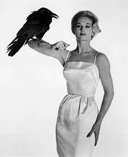 Tippi Hedren ve slavném hororu Alfreda Hitchcocka Ptáci.