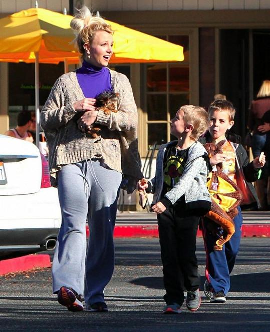 Britney s pejskem v náručí a svými syny.