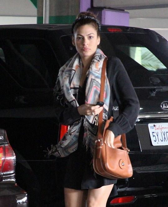 Eva Mendes na parkovišti lékařského centra.