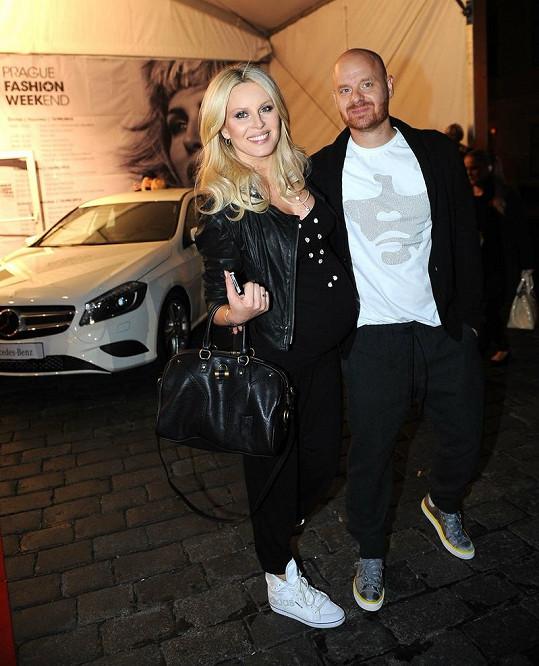 Simona Krainová s manželem. Podpatky už si v pokročilém stádiu těhotenství tentokrát odpustila.