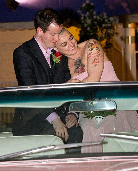 Potetovaná Sinead O'Connor se tulí ke svému manželovi.