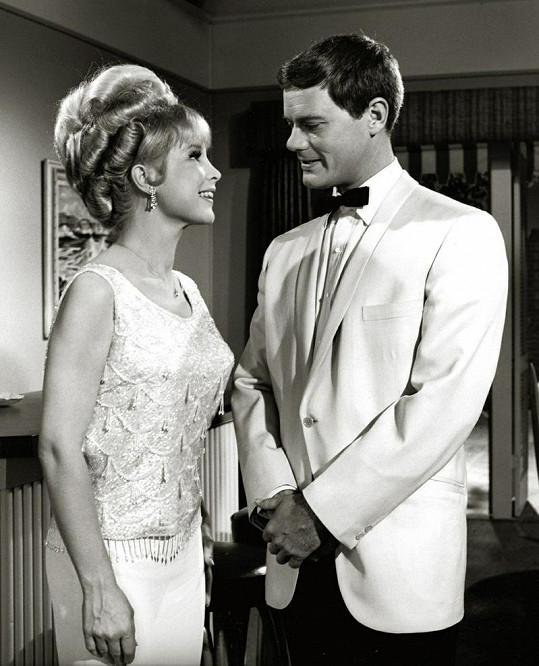 """Larry Hagman a Barbara Eden v 60. letech společně zářily v seriálu """"I Dream of Jeannie""""."""