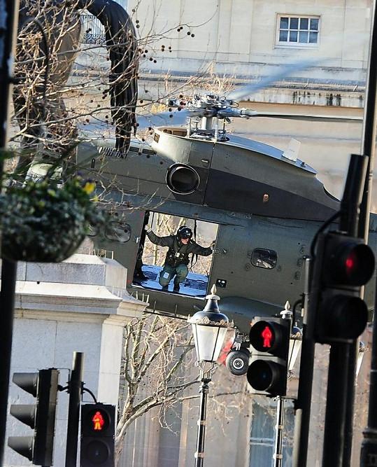Vojenský vrtulník v centru Londýna.