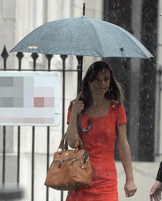 Pippa při procházce Londýnem pořádně zmokla.