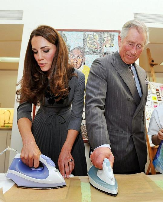 Kate dokázala, že se umí otáčet i s žehličkou. Charles na tom byl o poznání hůř.