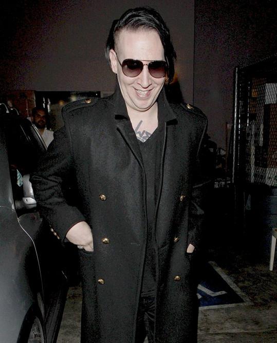 Kontroverzní zpěvák Marilyn Manson se při odcházení z restaurace usmíval.