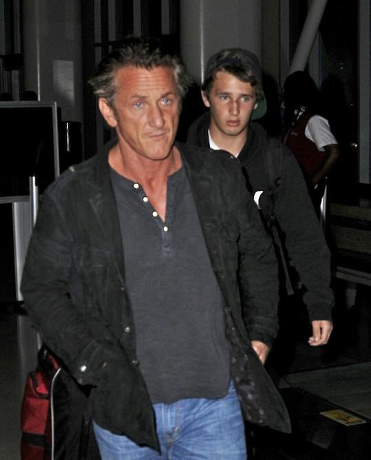 Sean Penn se synem Hopperem.