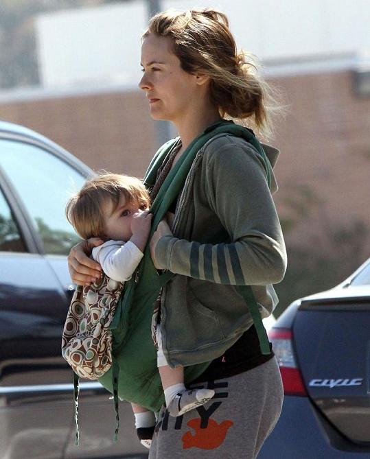 Alicia kojí svého synka přímo v ulicích Kalifornie.