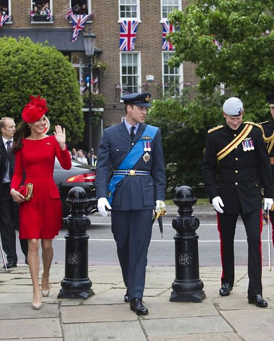 Princezna Kate v červeném kostýmku vynikala vedle svého manžela a jeho mladšího bratra ve slavnostních uniformách.