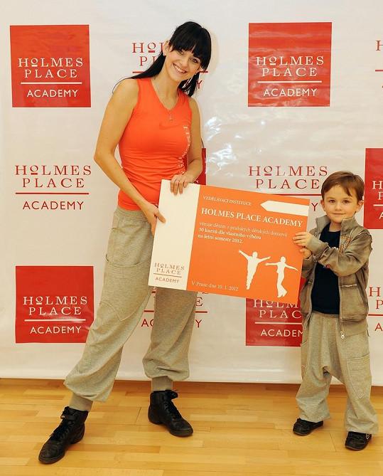 Libuška za pomoci Matýska předávala dětem z Dětského domova Dolní Počernice výběr z nových kurzů.