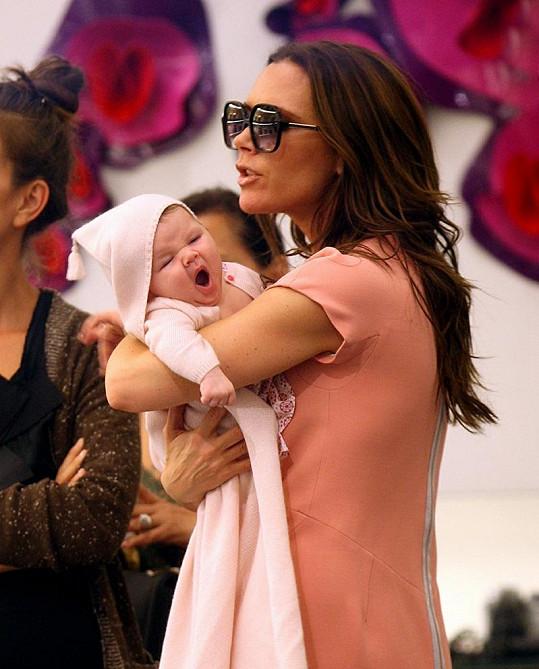 Harper zatím nákupy určitě nebaví tolik, jako její maminku.