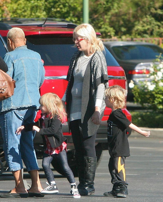 Tori Spelling s dcerou Stellou, synem Liamem a asistenty.