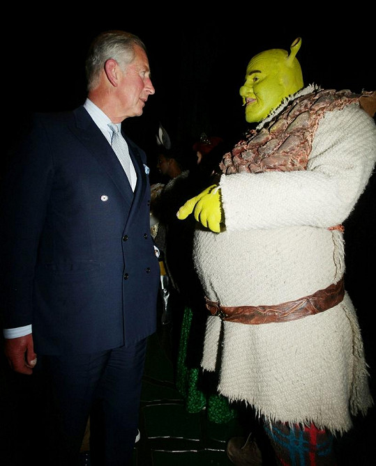 Shrek hovoří s princem Charlesem.