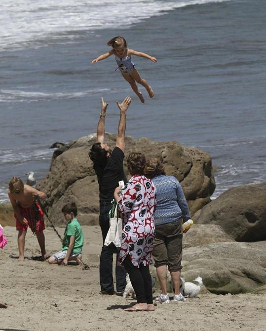 Jamie Mazur vyhazoval dceru vysoko do vzduchu.