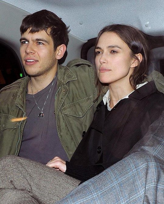 Keira a její snoubenec James Righton.