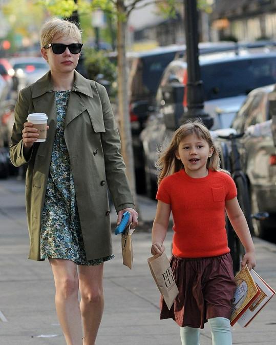 Herečka a její šestiletá dcera kráčely po ulicích newyorského Brooklynu.